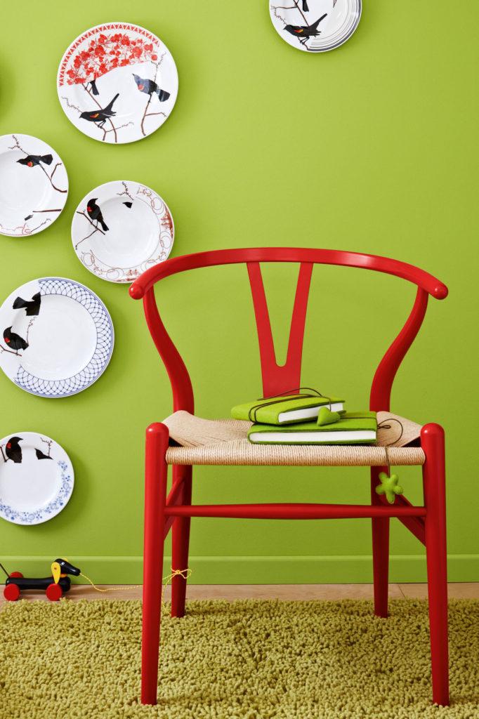 "LAH_1110_12 Wohnen, Deko, Dekoration, Accessoire, Accessoires, Wohnaccessoire, Wohnaccessoires, niemand, innen, drinnen, Innenaufnahme, Innenansicht, Stuhl, Sitzmoebel, Teller, Wandteller, Wand, Wanddeko, Wanddekoration, Vogelmotiv, Teppich   housing, decoration, accessory, accessories, ""home accessories"", nobody, ""no one"", inside, indoors, chair, seat, plates, ""wall plates"", wall, ""wall decoration"",  ""bird motif"", ""china plate"", ""china plates"", carpet"